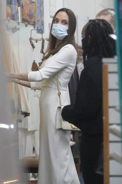 Angelina Jolie, kızları Zahara ve Shiloh ile alışverişte - Magazin haberleri
