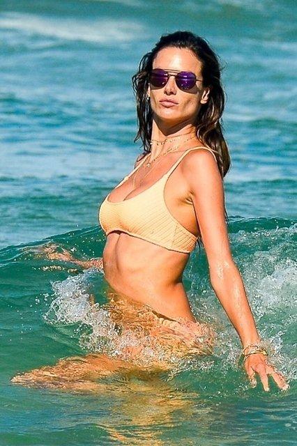 Alessandra Ambrosio denizden çıkmıyor! - Magazin haberleri