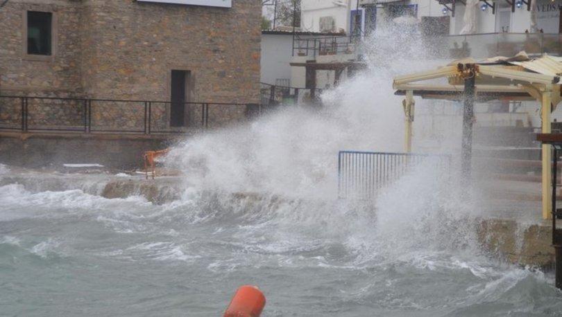 Bodrum'da dev dalgalar sahilleri dövdü
