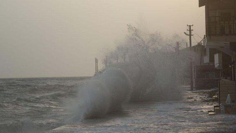 Çanakkale'nin Ayvacık ilçesinde dev dalgalar evlere kadar ulaştı