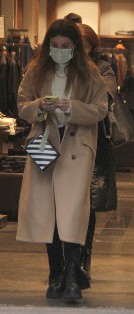 Ezgi Eyüboğlu annesiyle alışverişte - Magazin haberleri