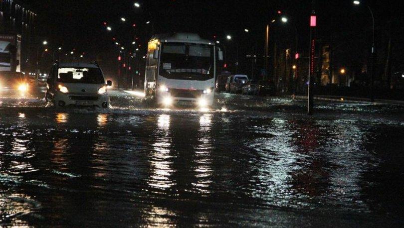 Manisa´da cadde ve sokaklar göle döndü, ev ve iş yerlerini su bastı