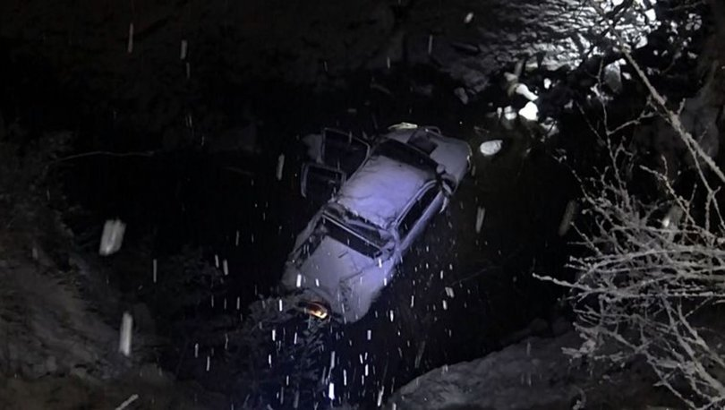 Yoğun karda yoldan çıkan kamyonet şarampole uçtu: Yaralılar var