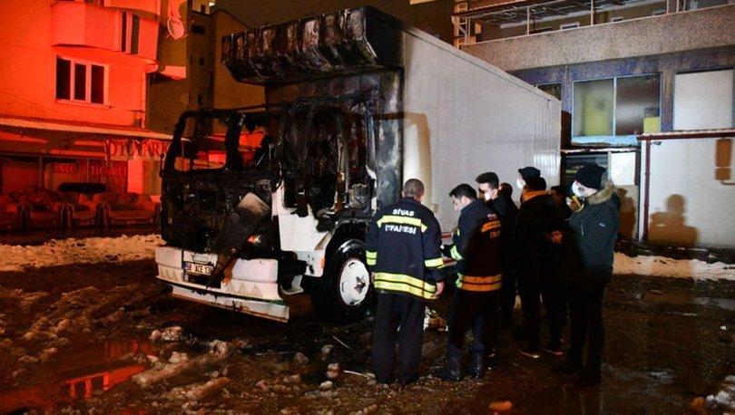 Sivas'ta park halindeki kamyon alevlere teslim oldu
