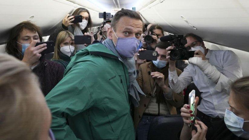 Moskova'ya dönen Navalny gözaltında!