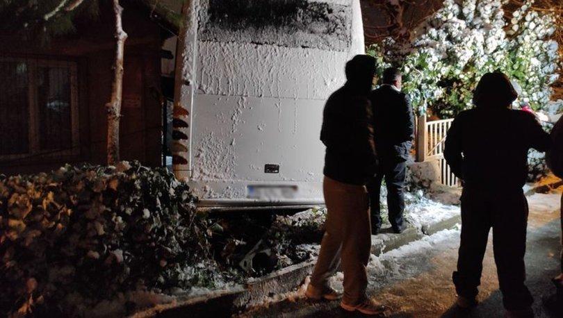 Ümraniye'de freni boşalan midibüs, araçlara çarpıp evin bahçesine girdi