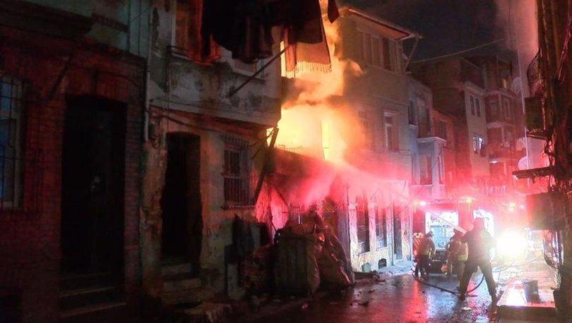 Beyoğlu'nda hurdacıda çıkan yangın paniğe yol açtı