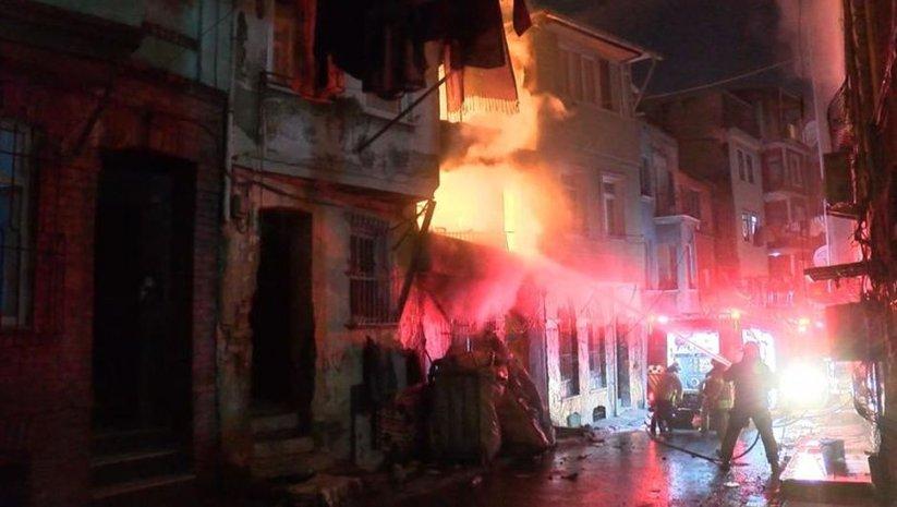 Beyoğlu'nda hurdacıda yangın paniği