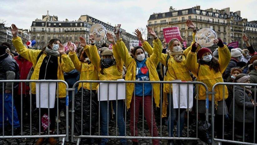 Fransızlar hafta sonu sokağa döküldü!