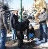 Eskişehir'de Porsuk Çayı'na düşen Ayhan Çelik (40), polis ekiplerince kurtarma halatına bağlanarak sudan çıkarıldı. Kentte sıfırın altında 8 dereceye düşen hava sıcaklığı nedeniyle titreyerek ambulans bekleyen Çelik'e çevredekiler atkılarını verirken, polis ekipleri de ellerini ısıtmaya çalıştı
