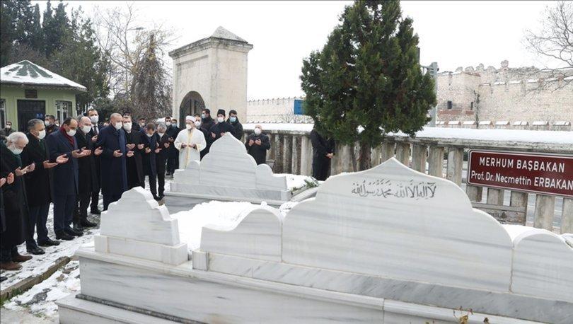 Cumhurbaşkanı Erdoğan, Necmettin Erbakan'ın İstanbul'daki kabrini ziyaret etti.