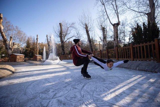 Kuğulu Park'ta buz pateni keyfi