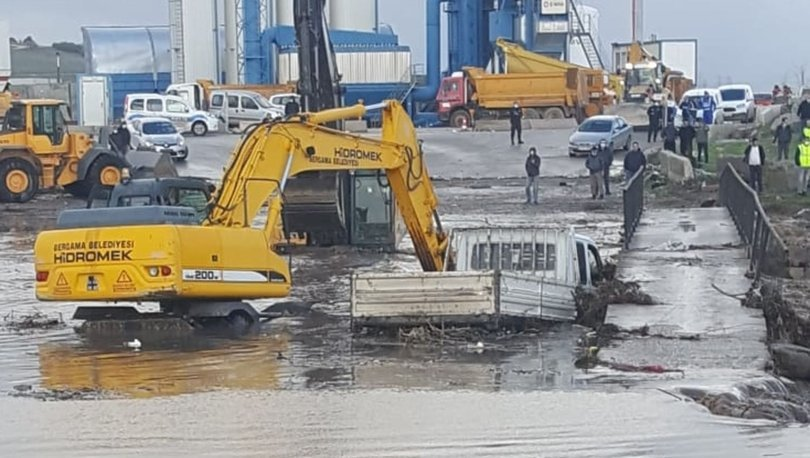 Son dakika: Sele kapılan araçtaki 3 kişi kurtarıldı! - Haberler