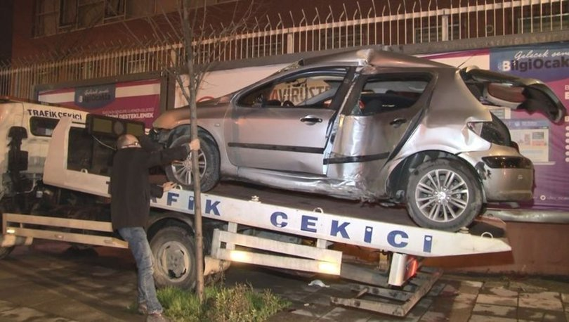 İstanbul'da kontrolden çıkan otomobil reklam panolarına çarptı: 2 yaralı