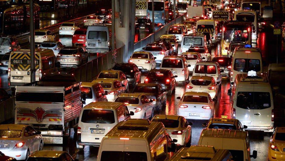Ünlü trafik: 40 km'lik yol 3 saat