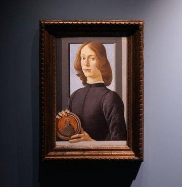 İtalyan ressam Sandro Botticelli´ye ait 15´inci yüzyıldan kalma `Madalyon tutan genç adam´ (Young Man Holding a Roundel) tablosu, ABD´nin New York kentinde 92 milyon dolara (676 milyon 591 bin TL) satıldı