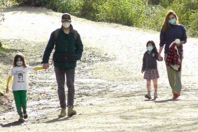 Eva Mendes ailesiyle yürüyüşte - Magazin haberleri
