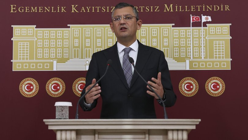 CHP Grup Başkanvekili Özgür Özel, partiden istifalarla ilgili değerlendirmelerde bulunuyor