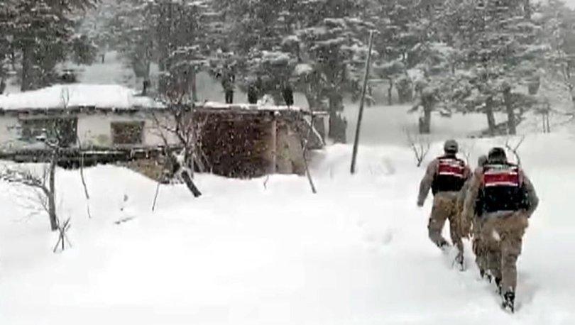 Jandarma, yaşlı adamın çatısındaki karı temizledi