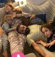 Oyuncu Ceyda Düvenci, eşi Bülent Şakrak ve çocukları ile birlikte çekilen yeni karesini sosyal medya hesabından yayınladı. Düvenci ile ailesinin ev pozu takipçilerinden ilgi gördü