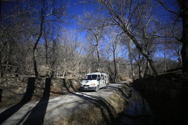 Karavana dönüştürdükleri minibüsle Türkiye'yi dolaşıyor