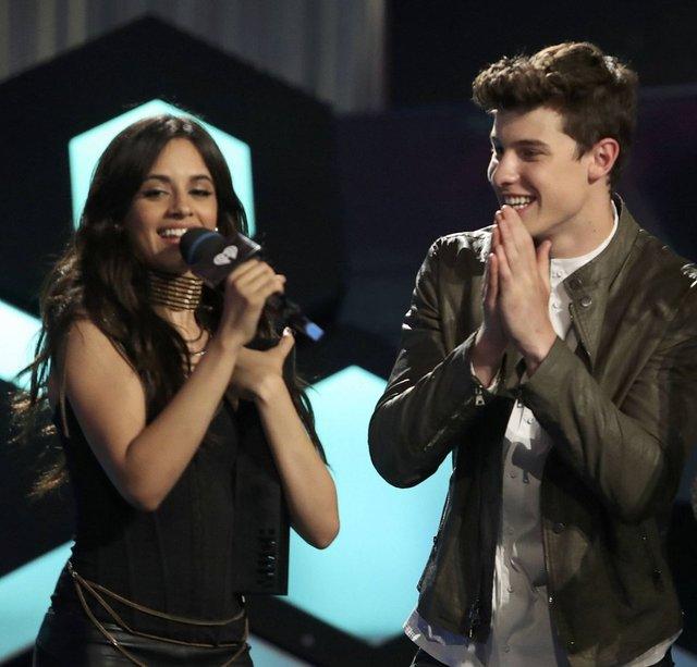 Shawn Mendes sevgilisi Camila Cabello'nun ayağını öptü - Magazin haberleri