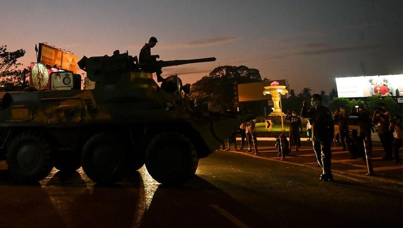 Myanmar'da darbe: Zırhlı birlikler yeniden sokağa çıktı, internet kesildi