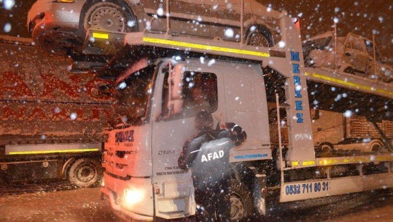 Balıkesir'de karda mahsur kalan araçlara kumanya dağıtıldı