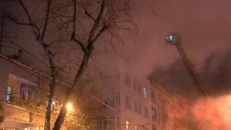 Zeytinburnu'nda panik! 4 katlı binanın çatısı alev alev yandı