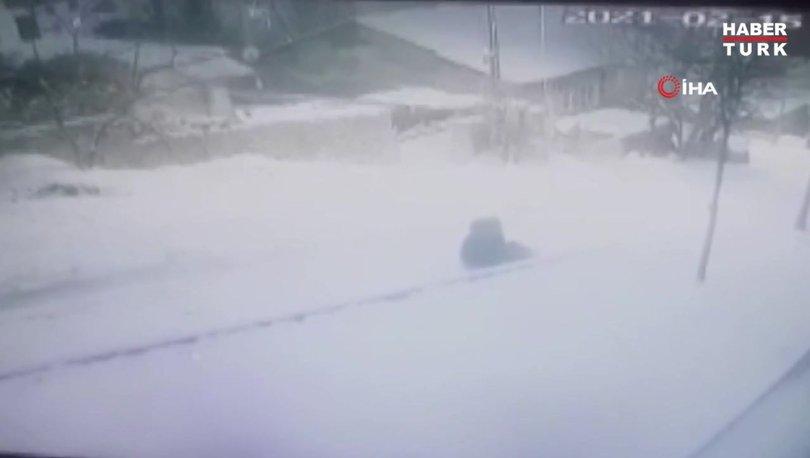 Karda kayan çocuk yokuş aşağı devrilen aracın altında böyle kaldı
