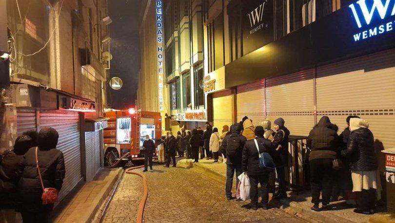Fatih'te binanın çatısı yandı, bitişiğindeki otel tahliye edildi