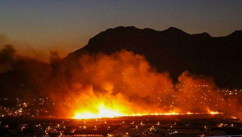 Kaş'ta sazlık alanda çıkan yangın seraları tehdit ediyor