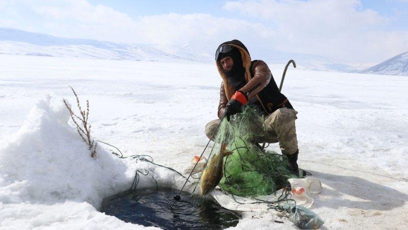 Köylülerin buzla kaplı 2 bin 241 rakımlı gölde zorlu balık avı