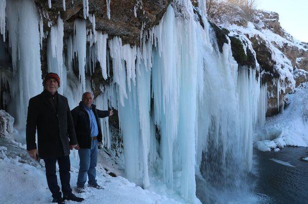 Sibirya soğukları şelaleyi dondurdu!