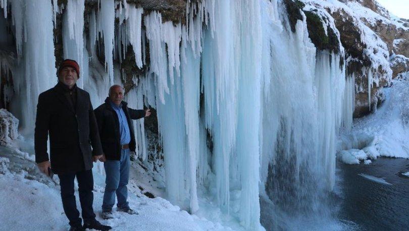 Sibirya soğukları şelaleyi dondurdu, dev sarkıtlar şölen sundu