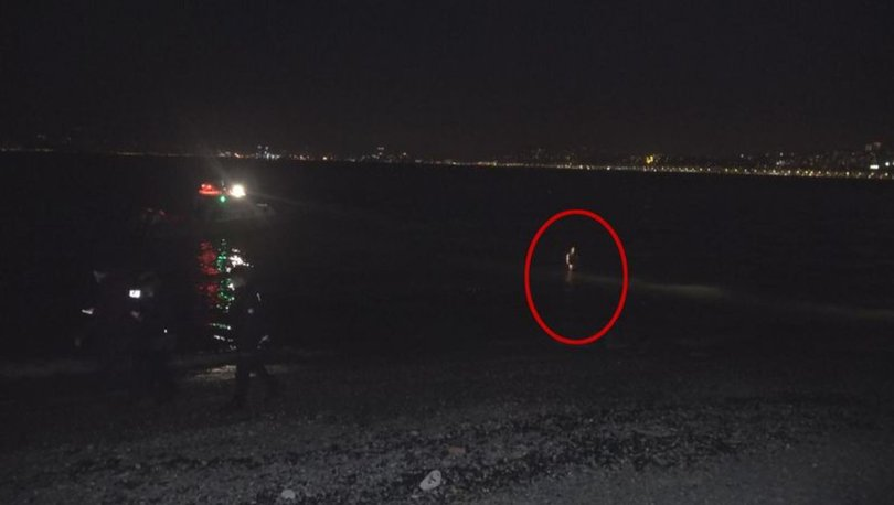 İzmir'de bir şahıs gözaltına alınmaktan kaçmak için çareyi denize atlamakta buldu