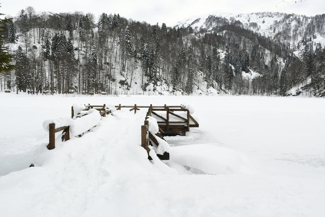 Doğa harikası Borçka Karagöl ziyaretçilerine huzur vadediyor