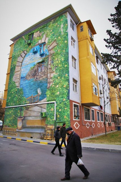 Bakü'nün binaları renklendi