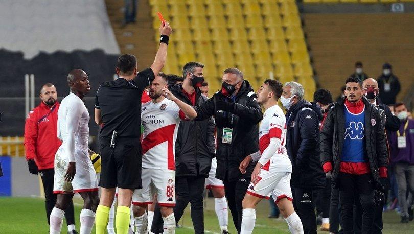 Kadıköy'de maç sonu saha karıştı! Fenerbahçe - Antalyaspor maçı