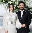 Oyuncu Yasemin Sakallıoğlu, geçtiğimiz yıl nişanlandığı sevgilisi Burak Yırtar ile dünyaevine girdi. Sakallıoğlu, sürpriz haberi Instagram hesabından duyurdu
