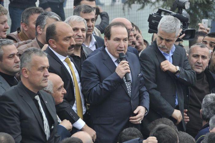 Abdullah Karacan (mikrofon ile konuşan)