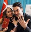 Ünlü oyuncu Sarp Levendoğlu, ödül aldığı gecenin çıkışında gazetecilerin sorularını yanıtladı. Aşk hayatıyla ilgili konuşmak istemeyen Levendoğlu,