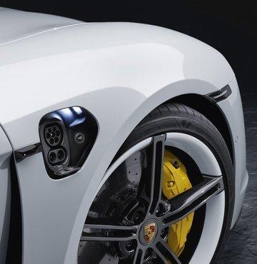 Porsche, Türkiye'de tüm elektrikli otomobiller için şarj ağı kurduğunu duyurdu. Bugüne kadar ülke genelinde 7.8 milyon TL'lik yatırımla 100 adet şarj istasyonunun kurulumunu gerçekleştiren Porsche Türkiye
