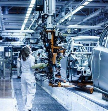 Taşıt Araçları Tedarik Sanayicileri Derneği (TAYSAD), otomotiv tedarik zincirinde yaşanan sorunlarla ilgili araştırmasını paylaştı. Buna göre, otomotiv tedarik sanayisinde faaliyet gösteren firmaların önemli bir kısmı 2021 yılıyla beraber yaşadıkları en büyük sorunun yüksek hammadde, yarımamul ve girdi fiyatları olduğunu belirtti. Katılımcıların yüzde 50'si başta sac-metal ve plastik olmak üzere, bakır, alüminyum ve PVC'de yaşanan fiyat artışlarını sektörün yaşadığı en büyük problem olarak gösterdi. Global anlamda birçok üreticiye yansıyan çip krizinin etkilerinin de yer aldığı araştırmada, tedarik sanayi firmalarının yüzde 30'u müşterilerinin yaşadığı çip sorunu nedeniyle üretimlerinde düşüş olduğunu ifade etti.