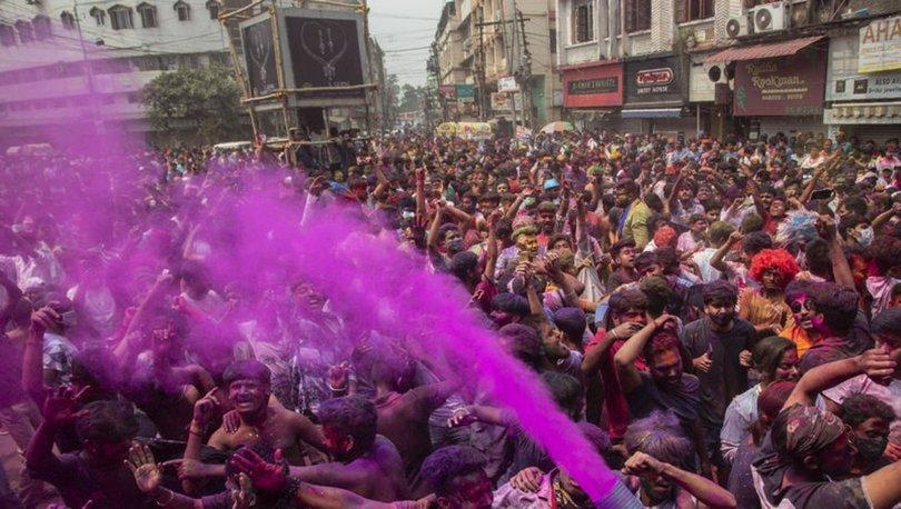 SON DAKİKA: Hindistan'da koronavirüs vakaları artarken, halk bahar festivali için sokaklara akın etti!
