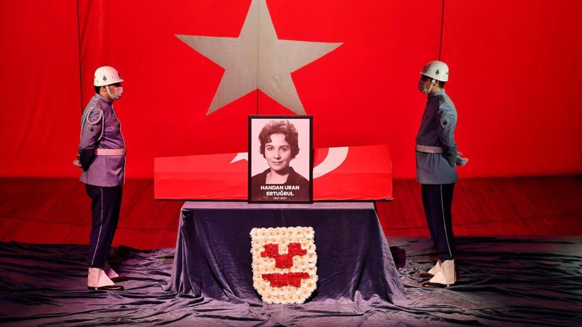 Handan Ertuğrul için Muhsin Ertuğrul Sahnesi'nde bir tören düzenlendi