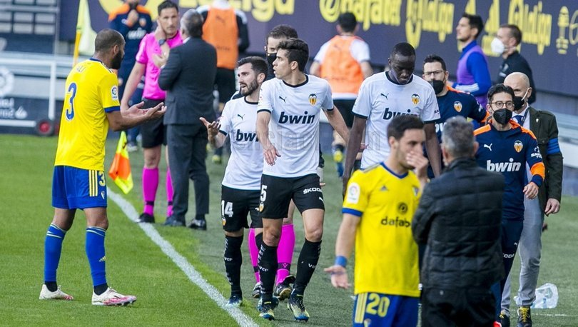 SON DAKİKA: Cadiz - Valencia maçına Diakhaby'nin maruz kaldığı ırkçı söylem damgasını vurdu