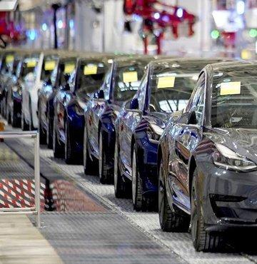 Elektrikli araç üreticisi Tesla bu yılın birinci çeyreğinde rekor sayıda araç teslimatı gerçekleştirerek tüm sektörü etkisi alan çip tedariğindeki sıkıntıların üstesinden gelmeyi başardı. Şirketin hisseleri açılış öncesi işlemlerde yüzde 8 değer kazanırken piyasaların açılışıyla şirketin piyasa değerinini 50 milyar dolar artması bekleniyor.