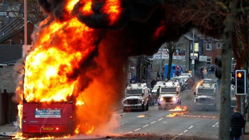 Kuzey İrlanda'da neden birlik yanlısı gruplar altı gecedir polisle çatışıyor, gerilimin ardında ne var?
