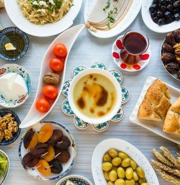 """Beslenme ve Diyet Uzmanı Ece Öneş, uzun açlık sürelerinin ardından kurulan iftar sofralarında bazı kuralların çok da dikkate alınmayıp canımızın istediği yiyecekleri, istediğimiz ölçülerde tüketmekte sakınca görmeyebildiğimizi belirterek """"Ancak masum gibi görünen bu yeme biçimi; midede şişkinlik, gaz ve hazımsızlıktan, mide yanması ve kilo almaya dek bazı sorunlara yol açabiliyor. İftar menüsünün sağlıklı olması ve bazı kurallara dikkat etmek, mide ve bağırsakları rahatsız etmemek için büyük önem taşırken, iftar yemeğinde alınan kaloriyi kontrol etmek de sağlıksız kilo alımlarını önlemek açısından önemli rol oynuyor"""" dedi"""